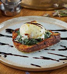Тост с яйцом пашот и шпинатом